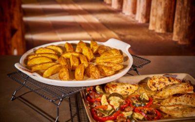 Gebratene Hähnchenbrust mit Kartoffelspalten und Ofengemüse